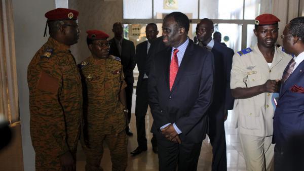 Michel Kafando, avec le chef d'état-major, le général Zagré (2d à gauche)