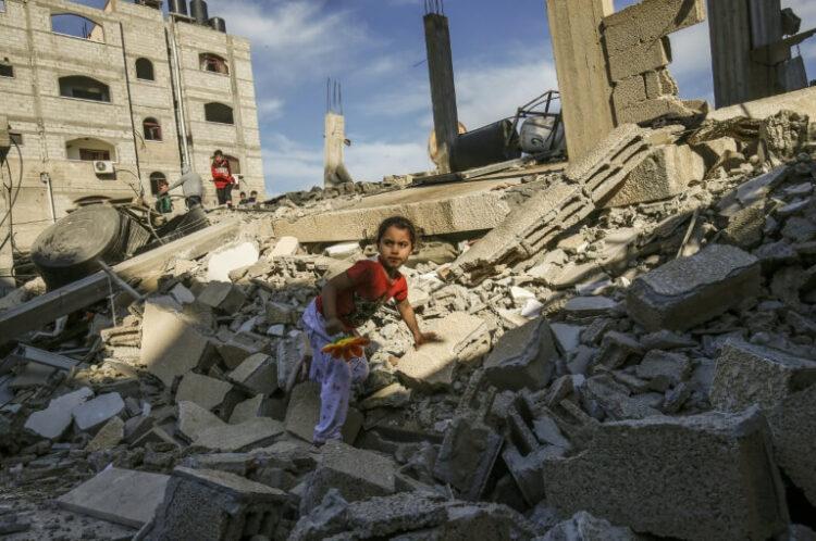 Une fillette palestinienne sur les ruines d'un batiment