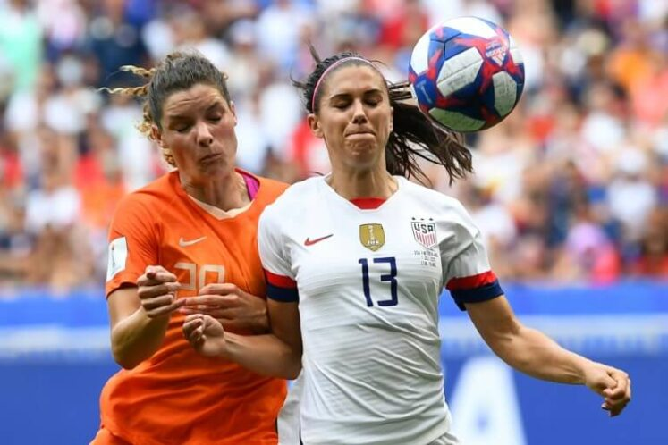 Alex Morgan (d) et Dominique Bloodworth